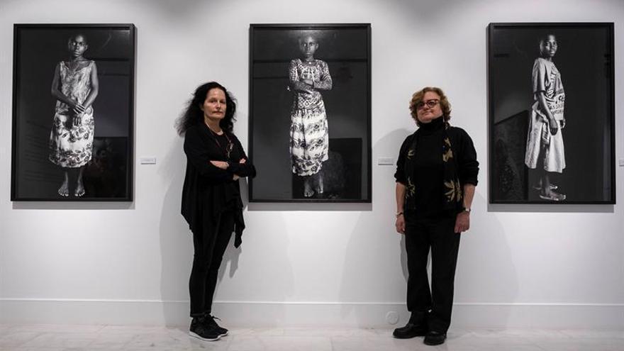Las fotógrafas Isabel Muñoz y Concha Casajús. EFE/Ángel Medina G.