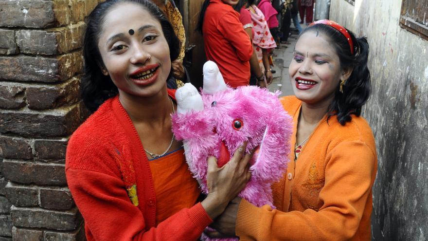 Muchas de las trabajadoras del sexo en este callejón de Faridpur (Bangladesh) no superan los 15 años. / Zigor Aldama.