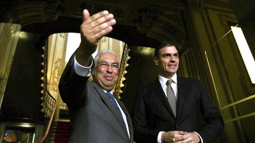 El primer ministro portugués, Antonio Costa, junto al secretario general del PSOE, Pedro Sánchez. EFE