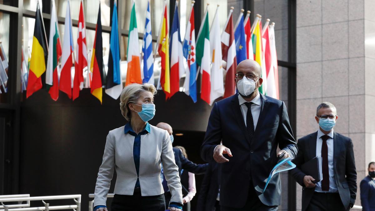 La presidenta de la Comisión Europea, Ursula Von der Leyen, y el presidente del Consejo Europeo, Charles Michel, el 10 de junio de 2021 en Bruselas.