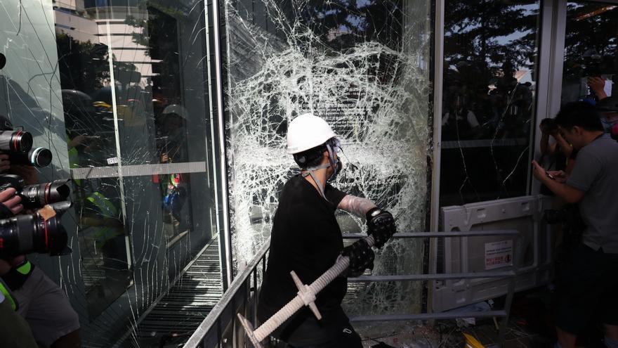 Un manifestante rompe una cristalera del Consejo Legislativo en Hong Kong (China) este lunes.