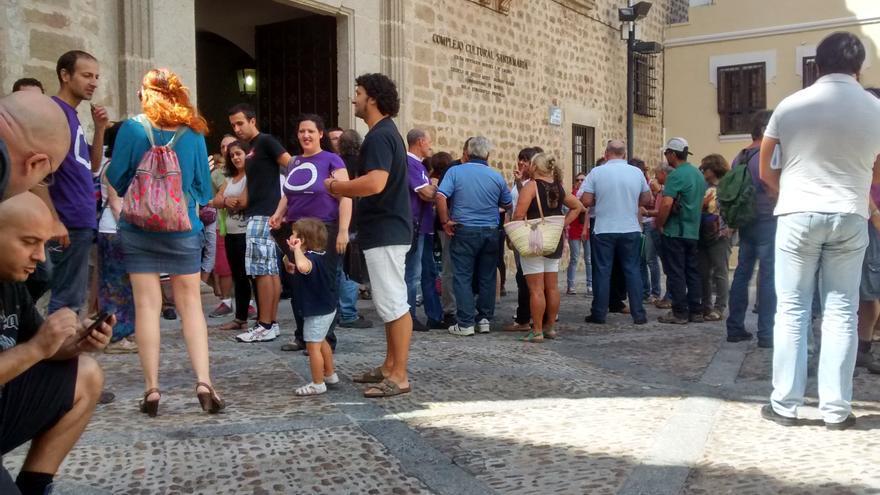 Asistentes a la segunda asamblea de Podemos Extremadura, en Plasencia