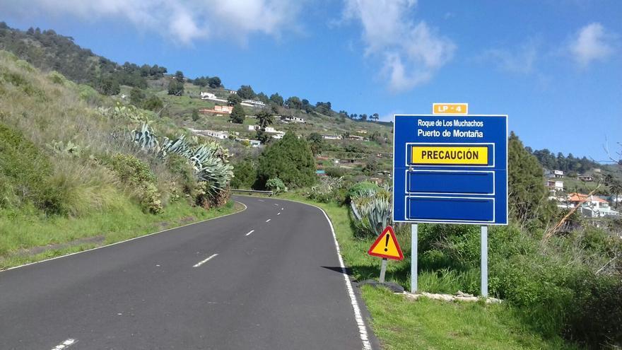 La carretera de acceso al Roque de Los Muchachos por la vertiente este (Mirca, Santa Cruz de La Palma), cerrada desde el 30 de enero por hielo y nieve, ha sido abierta este viernes,