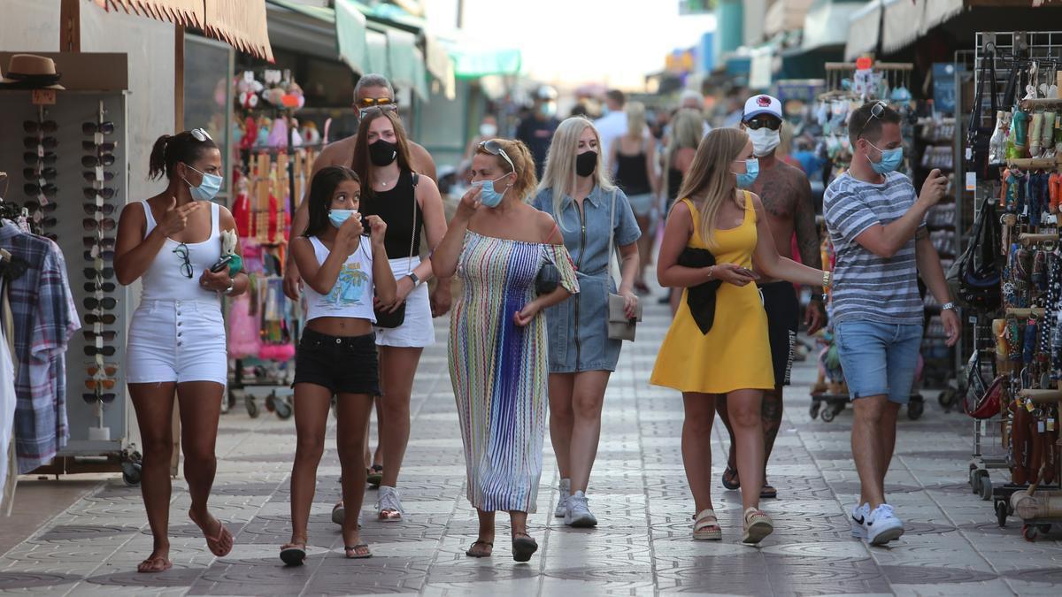 Personas con mascarilla en el sur de Gran Canaria