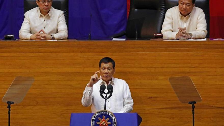 """Duterte promete seguir con la """"guerra antidroga"""" en su discurso anual"""