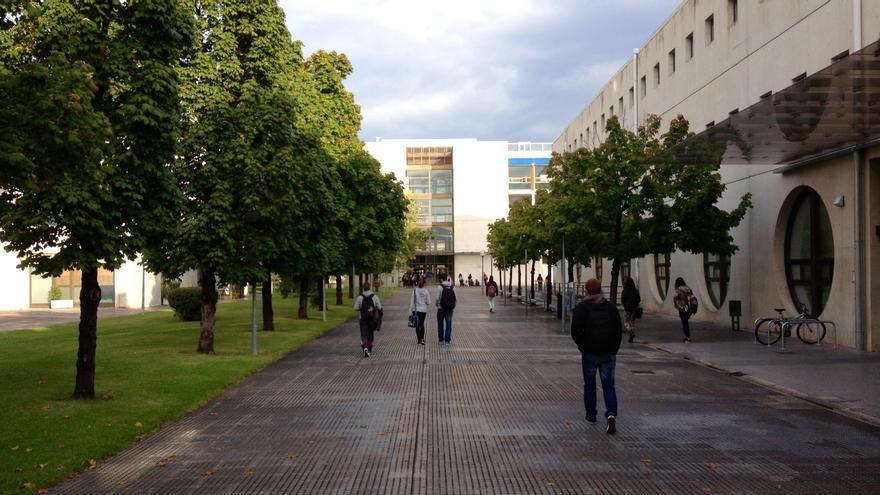 A la derecha, el edificio de la biblioteca de la UPNA.