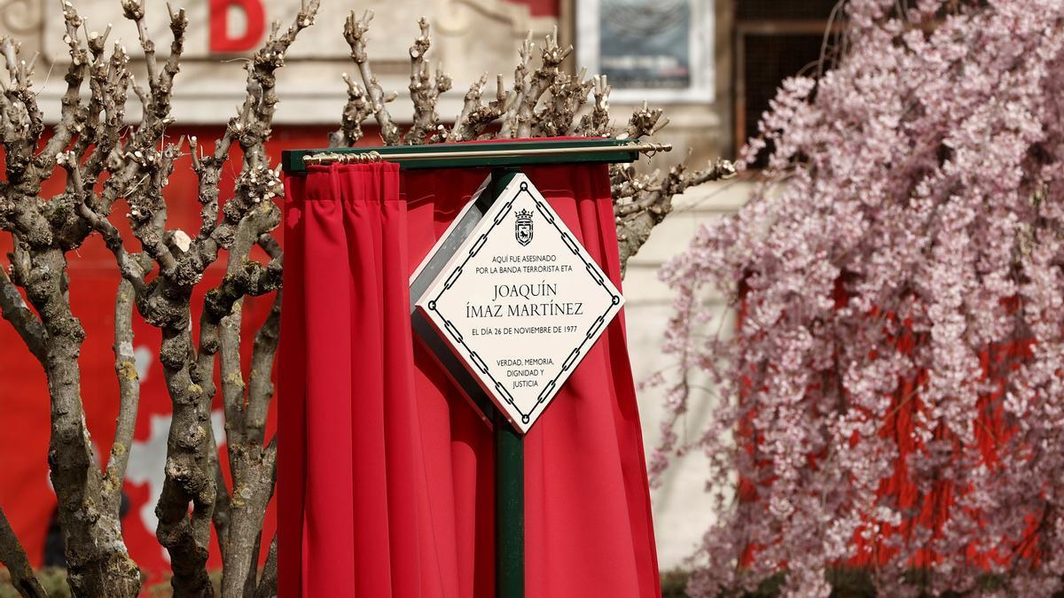 La primera placa se ha colocado en el lugar en el que el 26 de noviembre de 1977 ETA asesinó a su primera víctima en Pamplona, el comandante jefe de la Infantería Armada, Joaquín Imaz.  EFE/ Jesús Diges