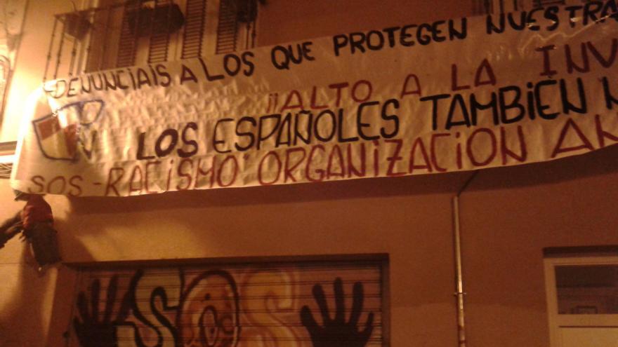 """La sede de la calle Lavapiés de la ONG SOS Racismo en la madrugada del viernes 21 de febrero aparece con un gran cartel donde se les llama """"organización antiespañola"""" / Foto SOS Racismo Madrid"""