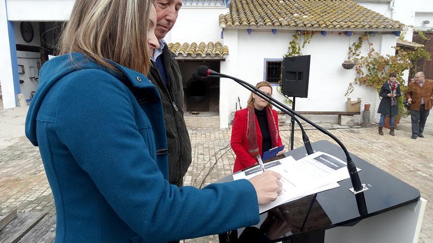 Los candidatos de Compromís-Podemos Àngela Ballester y Joan Baldoví firman la declaración de la Albufera