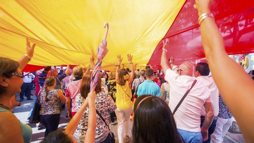 Despliegan una bandera de España de 50 metros de largo en Fuengirola (Málaga)