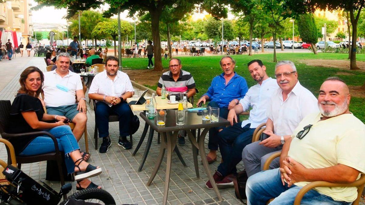 Concejales del PSOE con vecinos de Arroyo del Moro.