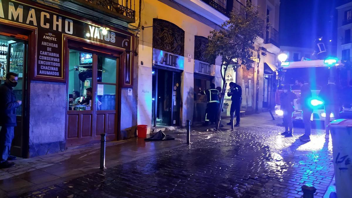 Bomberos achicando el agua del escape producido en la calle San Andrés