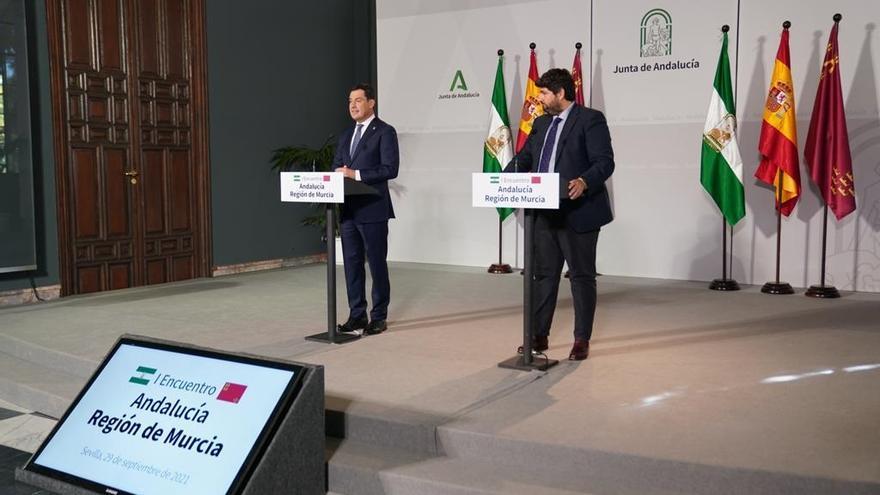 Los presidentes de la Junta de Andalucía y de la Región de Murcia, Juanma Moreno y Fernando López Miras, respectivamente, este miércoles en rueda de prensa en el Palacio de San Telmo.