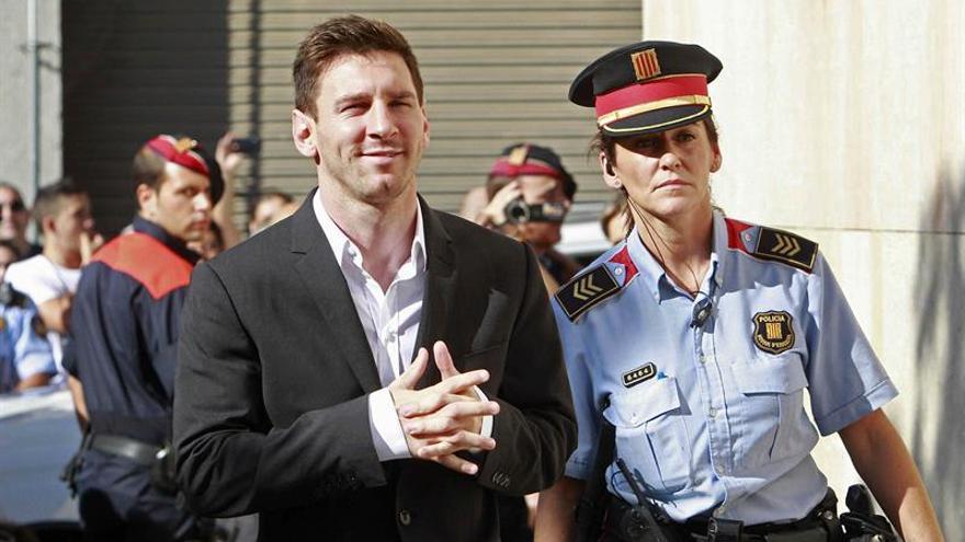 Messi escoltado por una agente de Mossos