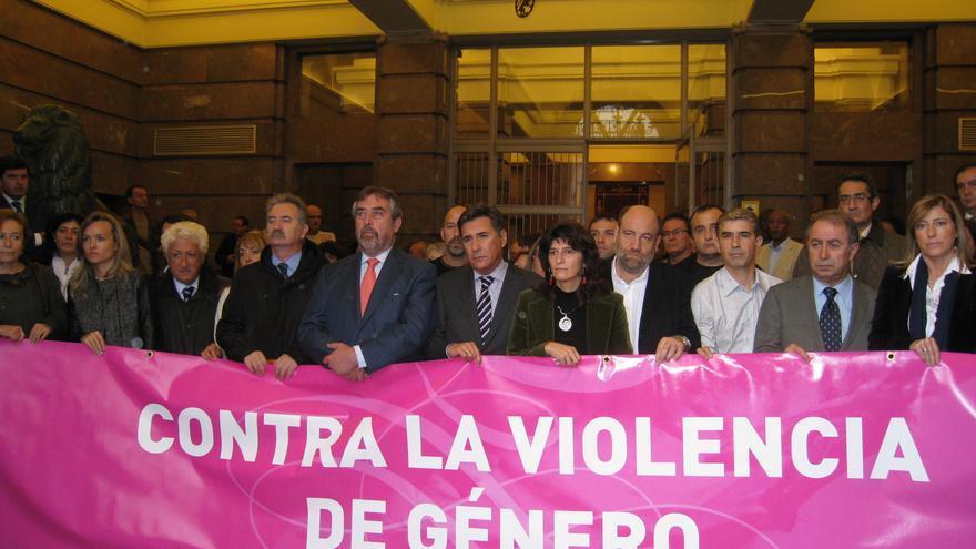 Concentración contra la violencia de género en el Ayuntamiento de Zaragoza