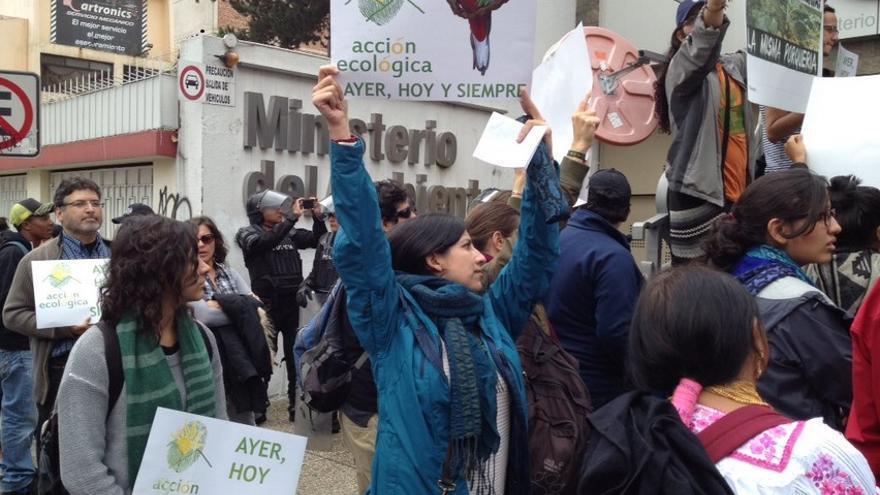 Protestas por el cierre de ACCIÓN ECOLÓGICA en el Ministerio de Medio Ambiente de Ecuador.