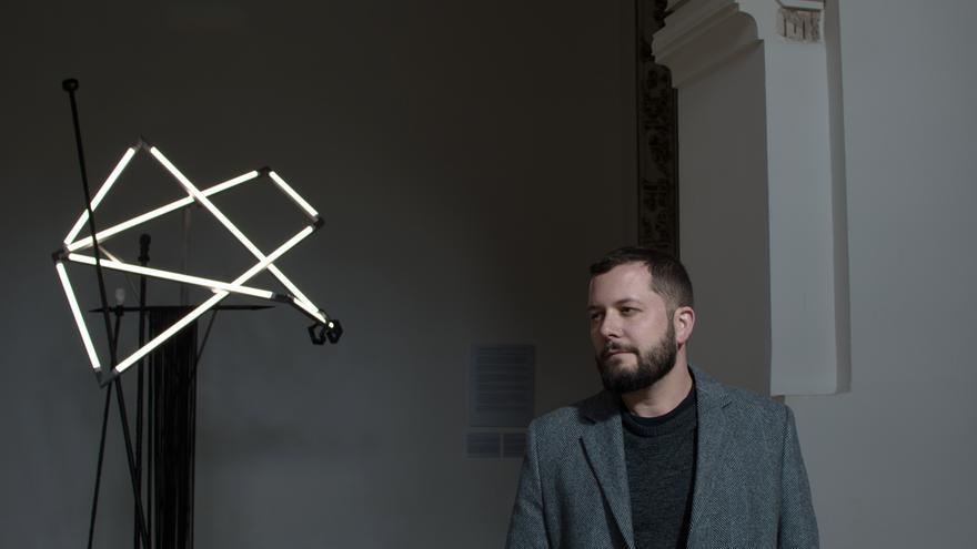 Sergio Porlán, con su obra en Las Claras / Diana Barbosa