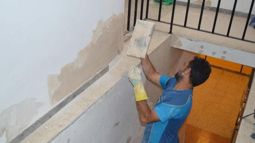 Un operario trabajando en la Residencia de la Inmaculada