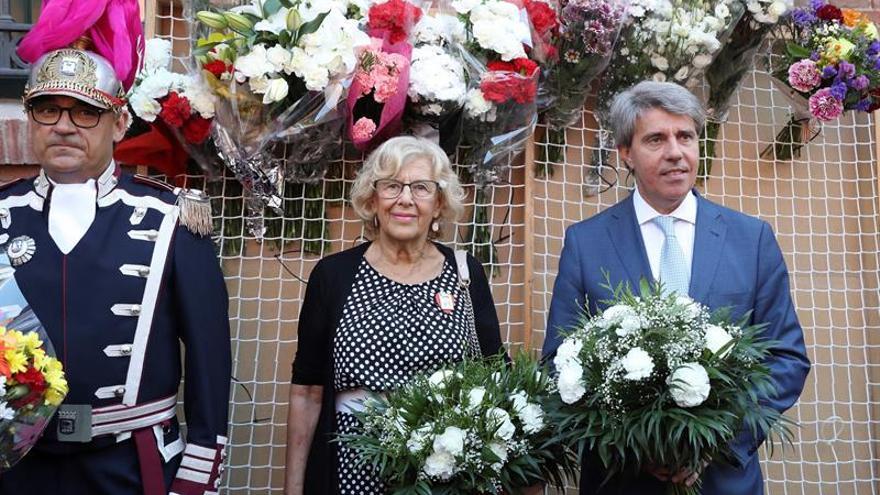 La alcaldesa de Madrid, Manuela Carmena, y el presidente de la Comunidad de Madrid, Ángel Garrido, asisten a los actos con motivo de las fiestas de la Virgen de la Paloma y participan en la ofrenda floral
