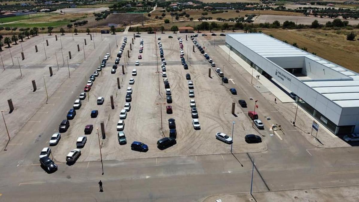 Decenas de personas esperan en sus vehículos para recibir la vacuna contra la covid en Villanueva de la Serena (Badajoz)