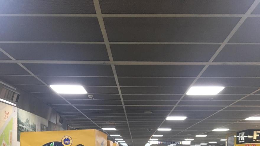 Entrega gratuita de plátanos de Canarias en una de las estaciones del Metro de Madrid.