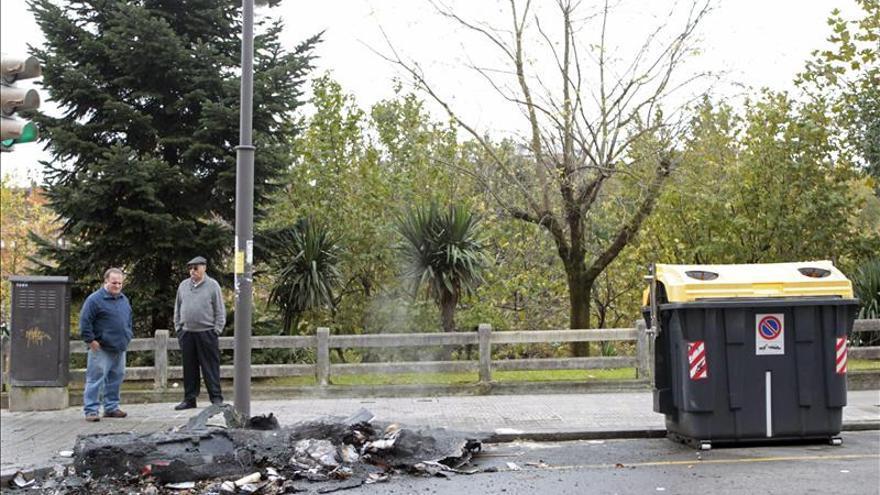 Varios encapuchados prenden fuego a tres contenedores en Bilbao