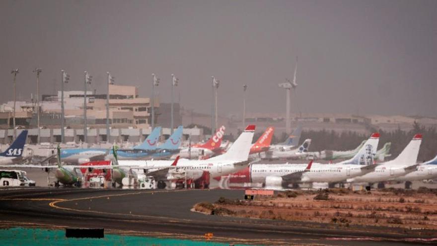 Vista de la pista de aterrizaje del aeropuerto de Gran Canaria este lunes.