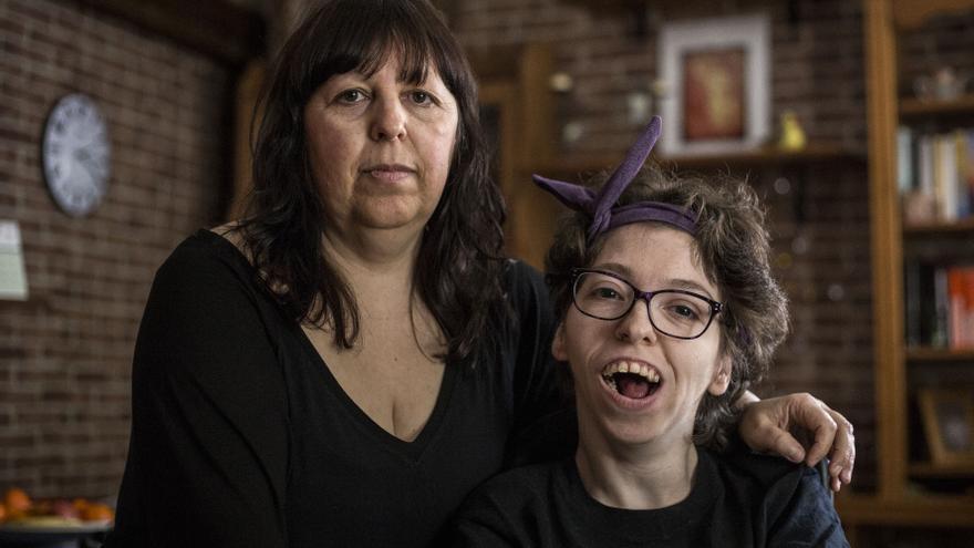 Estela (derecha) y su madre, Lola / OLMO CALVO