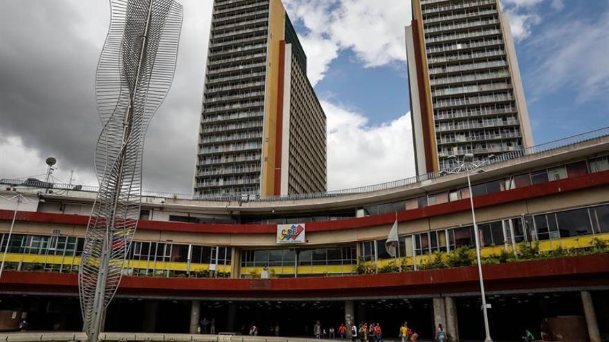 El Gobierno venezolano en la calle y la oposición sigilosa ante la elección adelantada