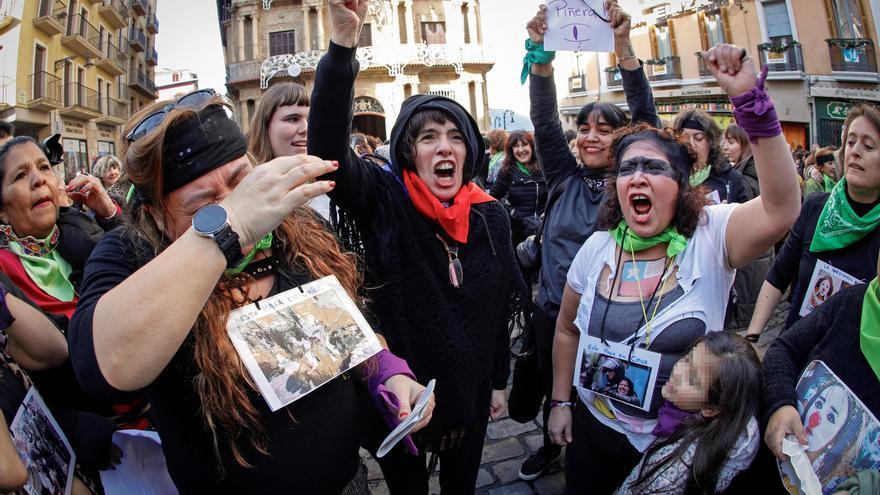 Decenas de mujeres realizan la perfomance 'Un violador en tu camino' en Pamplona