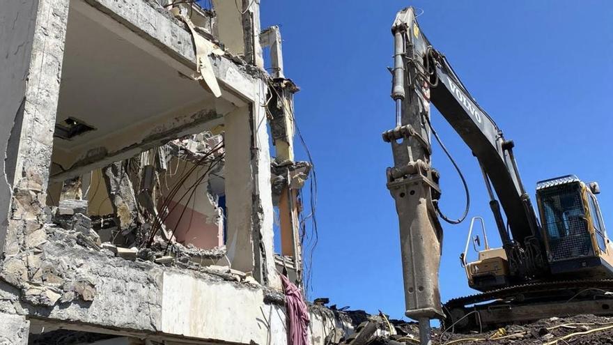 La demolición del antiguo 'Edificio de los Maestros' del Sector Norte se prolonga durante el fin de semana para reanudar las clases en los próximos días