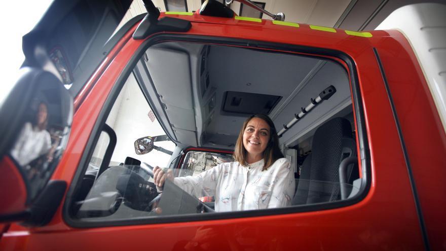 La concejala de Protección Ciudadana, Annaïs Menguzzato, en un camión de bomberos
