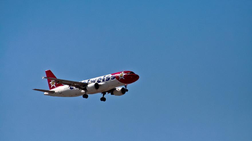 Un avión de la compañía Edelweis durante la maniobra de aterrizaje. VIAJAR AHORA