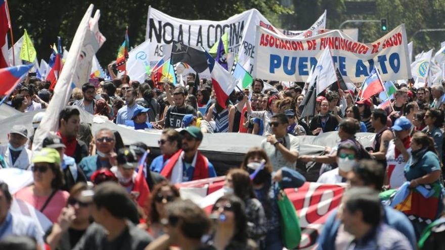 Grupo de personas perteneciente a distintas gremios, sindicatos y organizaciones sociales participan de una marcha durante la huelga general en Santiago (Chile).