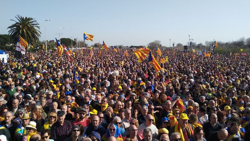 Una multitud espera en el Parque de las Exposiciones de Perpinyà antes del inicio del acto de Puigdemont
