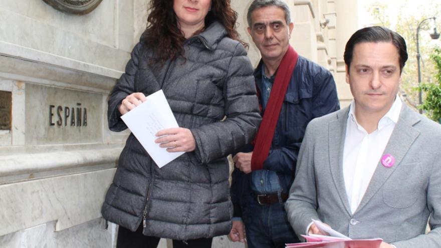 Alicia Andújar, Juan Emilio Adrián y David Devesa con la carta dirigida a los líderes políticos