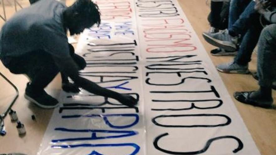 El Sindicato de Manteros de Madrid, pintando los carteles para la concentración por el aniversario de la muerte de Mame Mbaye.