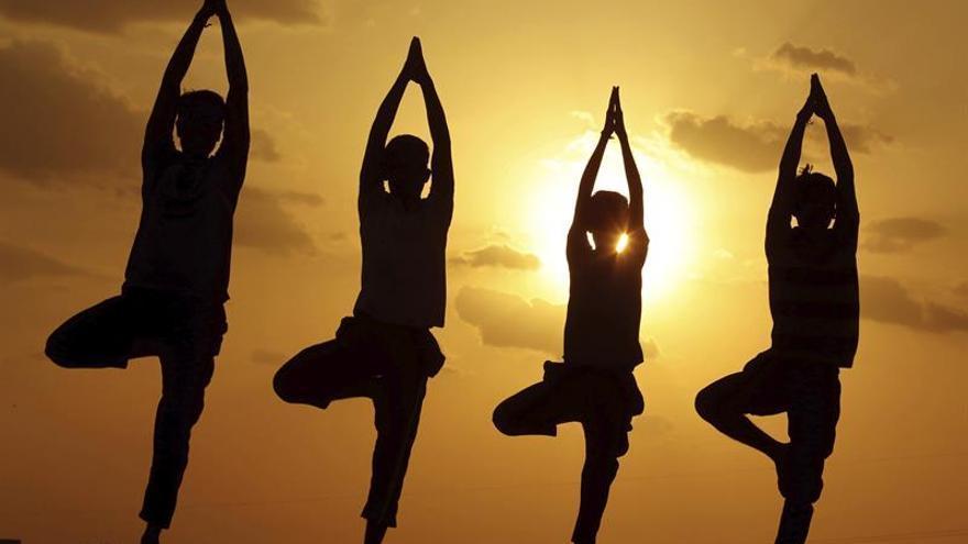 Masiva celebración del Día del Yoga en la India, a pesar de la lluvia