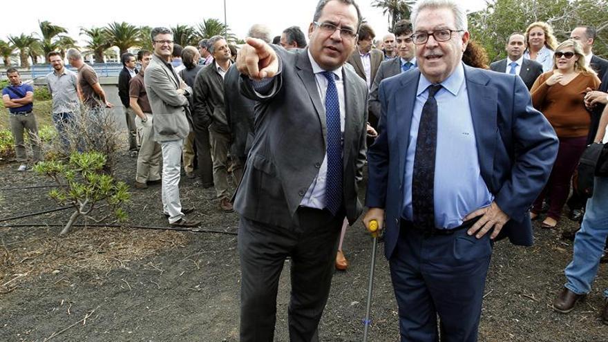 El presidente y el vicepresidente del Cabildo de Gran Canaria, José Miguel Bravo de Laguna (d), y Juan Domínguez. EFE