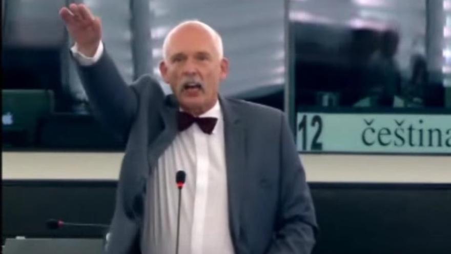 El eurodiputado ultraderechista polaco Korwin-Mikke hace el saludo nazi.