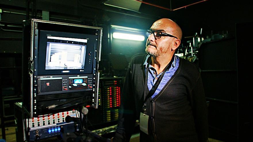 Juan Carlos, junto al puesto desde el que controla todo lo que ocurre durante el espectáculo