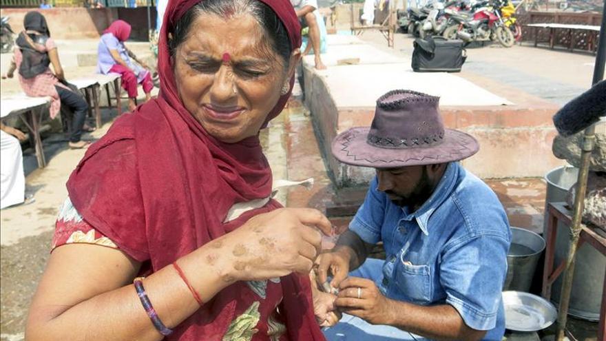 Los pobres se someten a sangrías para sanar sus enfermedades en la India