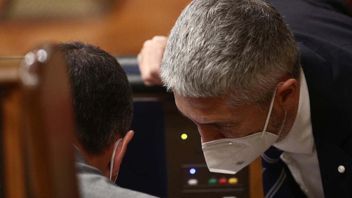 Marlaska conversa con Pedro Sánchez en el Congreso