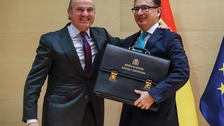 Luis de Guindos junto a Román Escolano, cuando éste asumió el cargo de ministro de Economía.