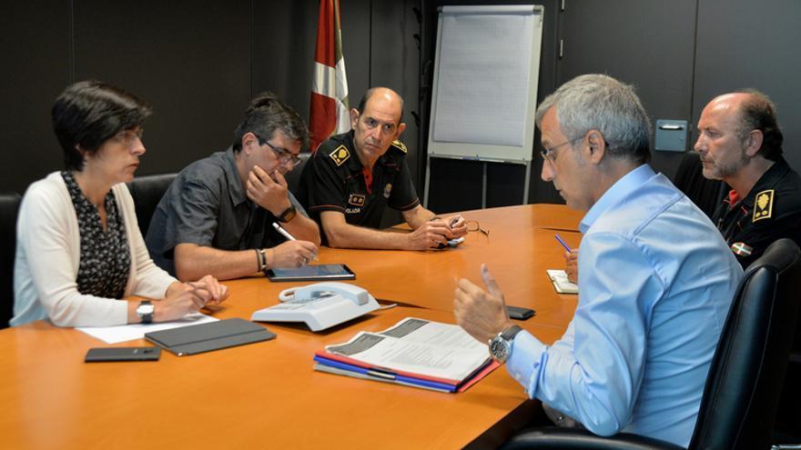 Beltrán de Heredia, Zubiaga y Aldekoa (de frente) con los jefes de Seguridad Ciudadana e Información de la Ertzaintza