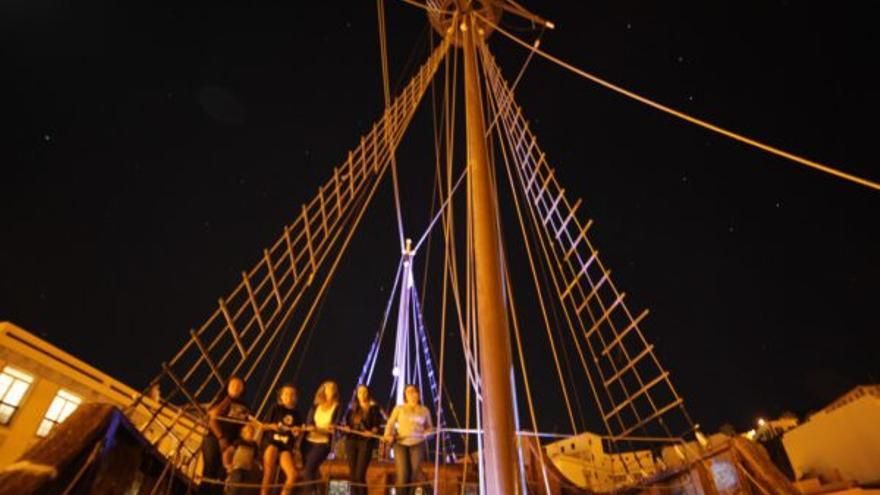 Barco de la Virgen en una imagen nocturna.