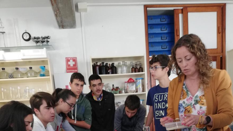 En la imagen, un taller científico en el IES Villa de Mazo.