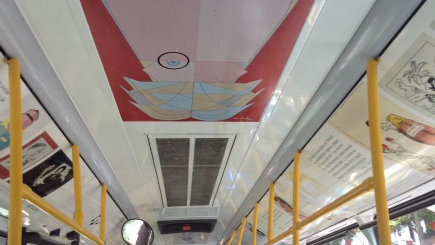 Obras decorando el interior de una guagua. (Nanda Santana).