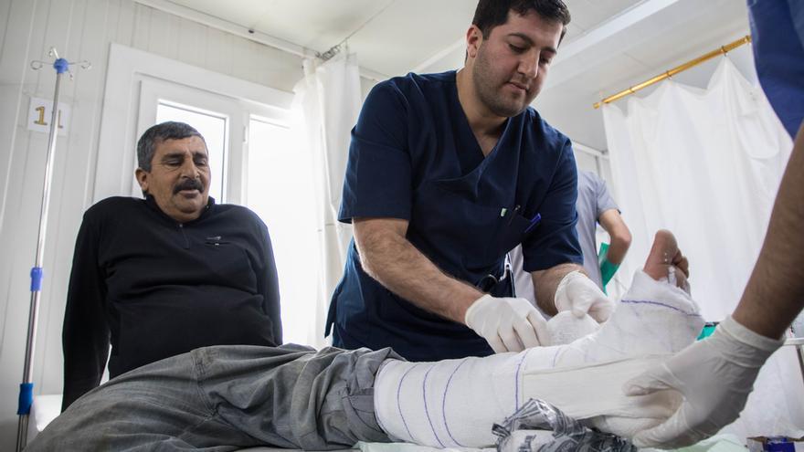 Aziz* (nombre cambiado) se rompió una pierna mientras empujaba un carro por la calle. La radiografía mostró múltiples fracturas, probablemente relacionadas con una densidad ósea deficiente. Será derivado en ambulancia a otro hospital para cirugía.