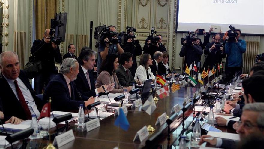 El ministro de Fomento, Íñigo de la Serna (3i), junto al secretario de Estado de Infraestructuras, Transporte y Vivienda, Julio Gómez-Pomar (2i), entre otros, durante la Conferencia Sectorial de Vivienda, Urbanismo y Suelo